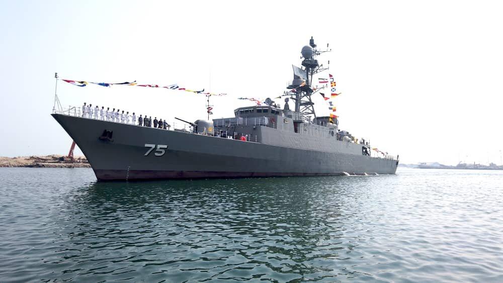 مدمرة دنا وكاسحة الالغام شاهين تنضمان الى اسطول البحرية الايرانية