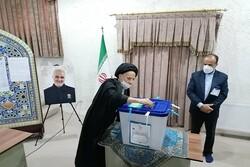 نماینده ولی فقیه در خراسان جنوبی رای خود را به صندوق انداخت