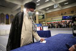 رہبر معظم انقلاب اسلامی نے حسینیہ امام خمینی (رہ) میں اپنا ووٹ کاسٹ کردیا