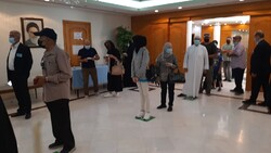 الإيرانيون في الكويت يدلون بأصواتهم في الانتخابات الرئاسية في السفارة