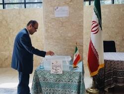 الايرانيون في الجزائر يدلون بأصواتهم في الانتخابات الرئاسية في السفارة