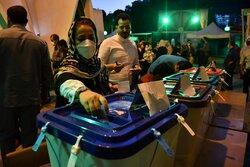 تداوم حضور مردم شیراز در شعب اخذ رای