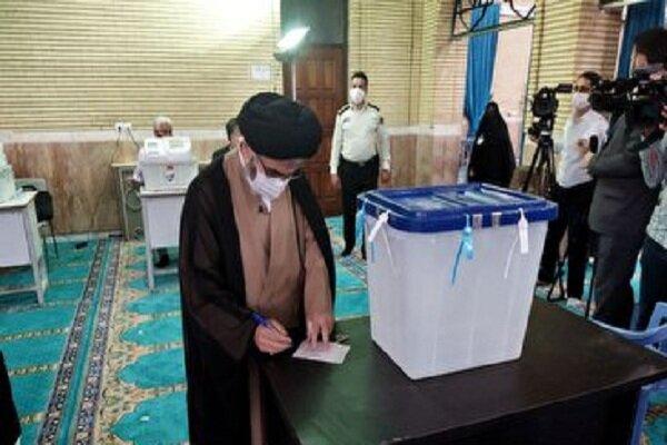 امام جمعه ارومیه رای خود را به صندوق انداخت