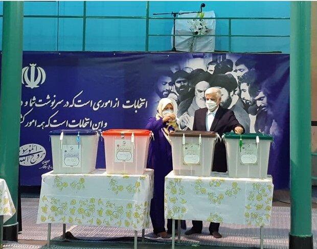 «محمد رضا عارف» در حسینیه جماران رأی خود را به صندوق انداخت