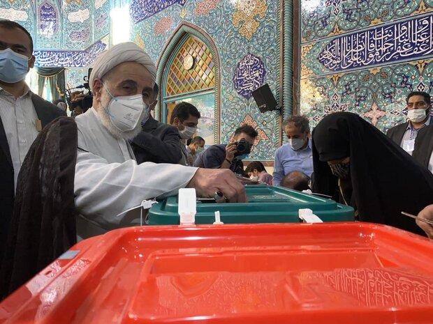«ناطق نوری» در حسینیه ارشاد رأی خود را به صندوق انداخت