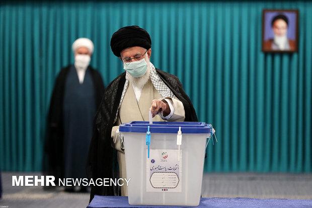 قائد الثورة يدلي بصوته في المركز الانتخابي بحسينيه الإمام الخميني (رض)