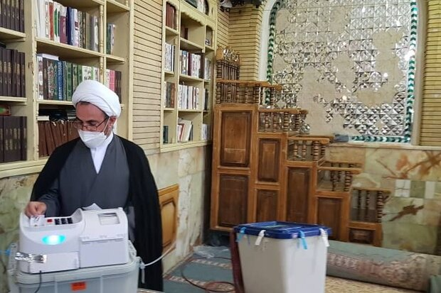 امام جمعه ایلام رای خود را به صندوق انداخت