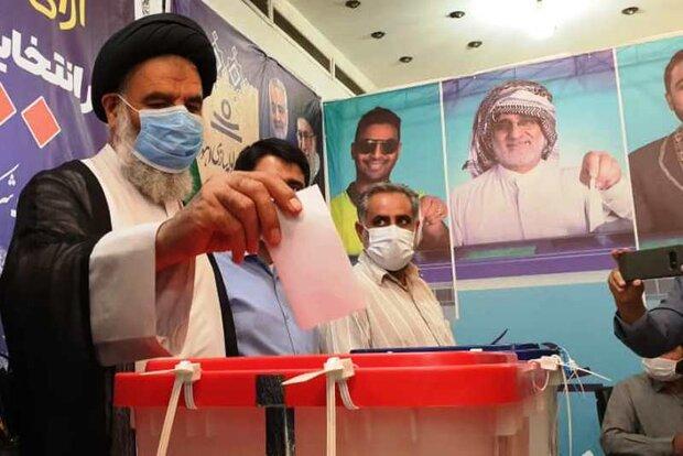 حضور مسئولان پای صندوق رای/توصیه نمایندگان ولی فقیه به مشارکت