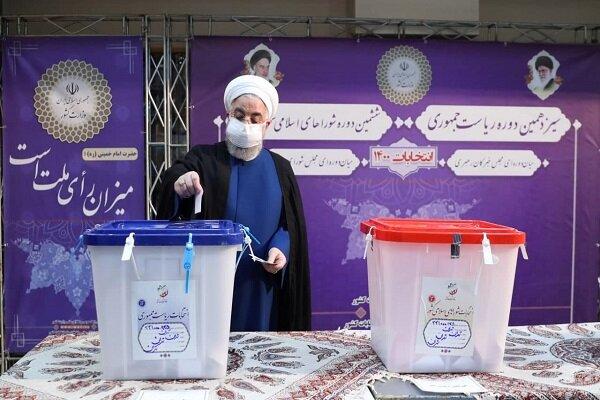صدر حسن روحانی نے الیکشن کمیشن کے مرکزی دفتر کے دورے کے دوران اپنا ووٹ کاسٹ کردیا