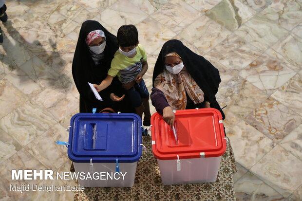حضور پرشور مردم یزد در پای صندوقهای رای