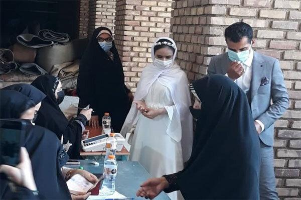 عروس و داماد ورامینی با حضور در کنار مردم رای دادند
