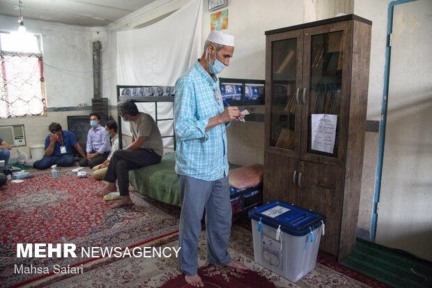 حضور اهل سنت مناطق مرزی گلستان در پای صندوق های رای