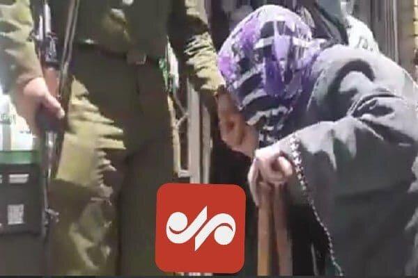 بوسه پیرزن تبریزی بر دست سرباز حوزه رایگیری