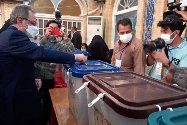 استاندار تهران رای خود را به صندوق « مسجد لرزاده» انداخت