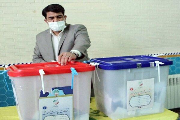 استاندار یزد رای خود را به صندوق انداخت