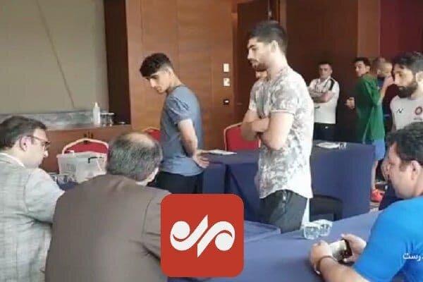 تیم ملی کشتی فرنگی ایران پای صندوق رای در کنسولگری ایران در ترکیه