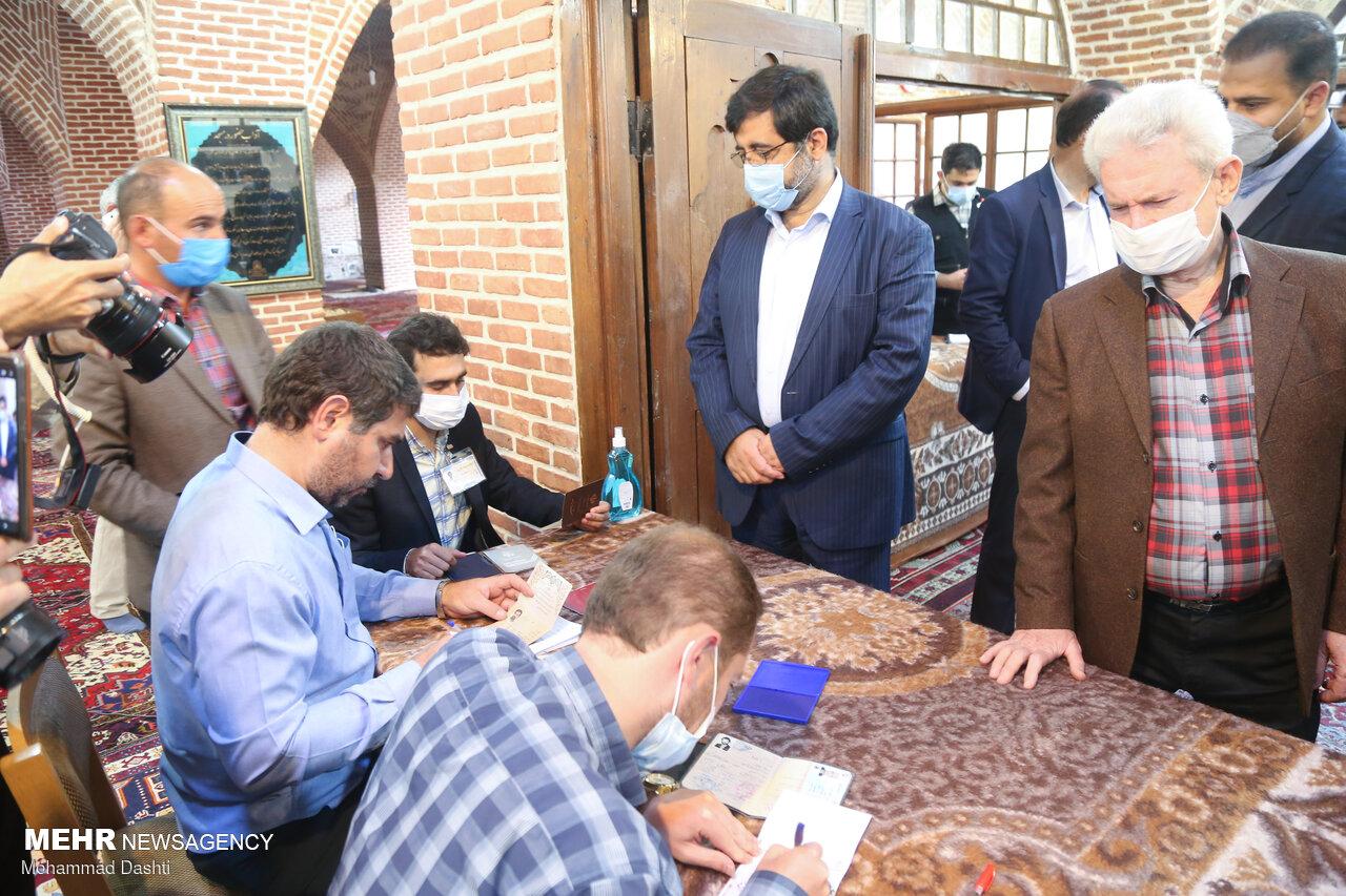 شور حضور مردم اصفهان در ساعات اولیه انتخابات/همه برای ایران آمدند