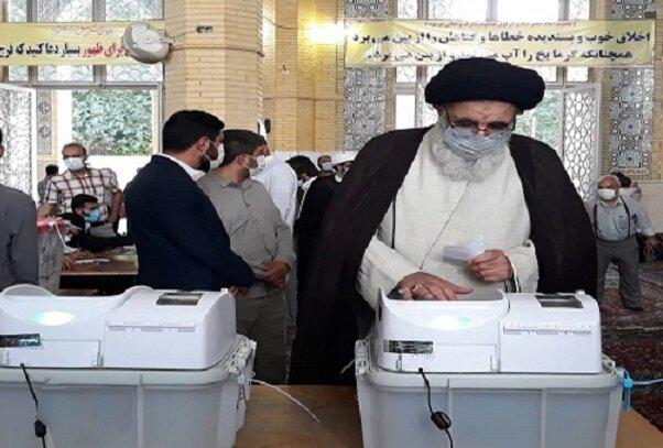 مردم با حضور در پای صندوقهای رأی سرنوشت خود را رقم بزنند