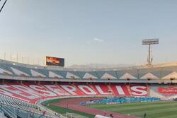 فروش پرچم پرسپولیس در روز بازی بی تماشاگر/ حضور خردسال جنجالی در استادیوم