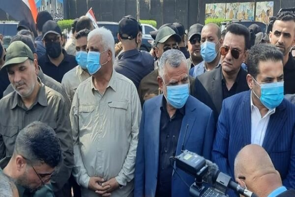 """Iraqi people chant """"Down with US"""" in funeral of PMU martyrs"""