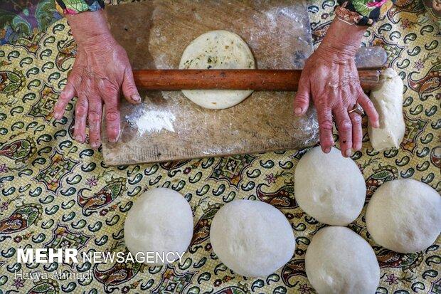 باز نمودن خمیر که توسط مایع پیاز و سبزیجات پر شده.
