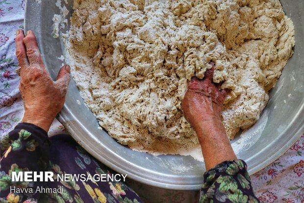 مقدار آب اضافه شده در خمیر باید به اندازه باشد تا خمیر شل نشود.