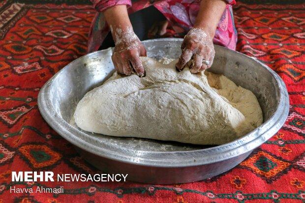 خمیر باید در دفعات متعدد پشت رو و ورز داده شود.