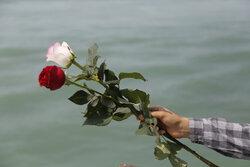 خلیج فارس میں ایرانی ایئربس کے 290 مسافروں کی شہادت کے مقام پر پھول برسائے گئے