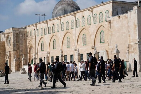 Zionist settlers brutally attack Al-Aqsa Mosque