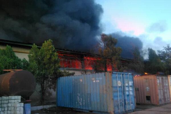 آتش سوزی گسترده در انبار بزرگی در محدوده جاده مخصوص کرج