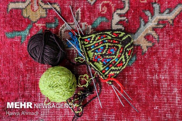 در بافت جوراب ها برای دیده شدن نقوش از رنگهاای متضاد استفاده می کنند.