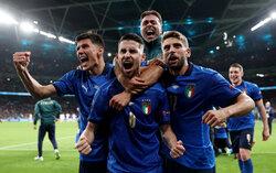 دیدار فوتبال تیم های ملی ایتالیا و اسپانیا