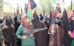 افغانستان میں طالبان کا مقابلہ کرنے کے لئے مسلح خواتین سڑکوں پر نکل آئی ہیں