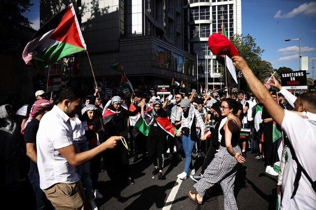 طلابٌ بريطانيون يتظاهرون ضد الجرائم الإسرائيلية المستمرة