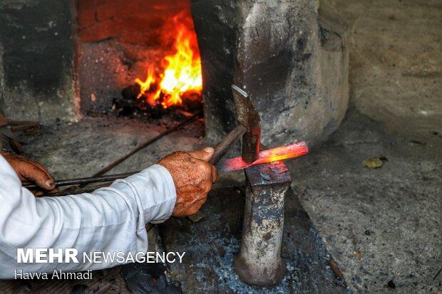 به فرایند فرم دادن مفتول ها و ورقه های فلزی با تکنیک حرارت دادن فلز وکوفتن آن جهت ساخت انواع محصولاتی نظیر داس، چکش، نعل و زنگوله چهارپایان و ...آهنگری سنتی یا چلنگری می نامند.