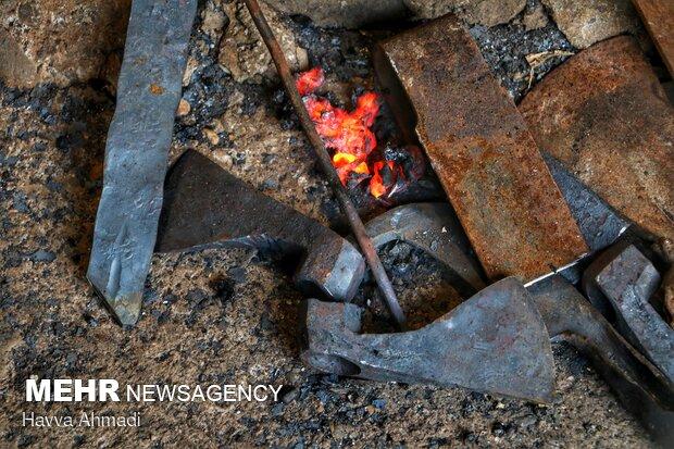 زائده های گداخته فلز به بیرون کوره انداخته می شود.