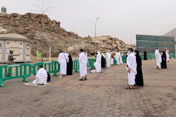 حجاج بيت الله الحرام يقفون على صعيد عرفات