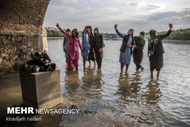 İsfahan'da vatandaşlar bol bol selfi çekti