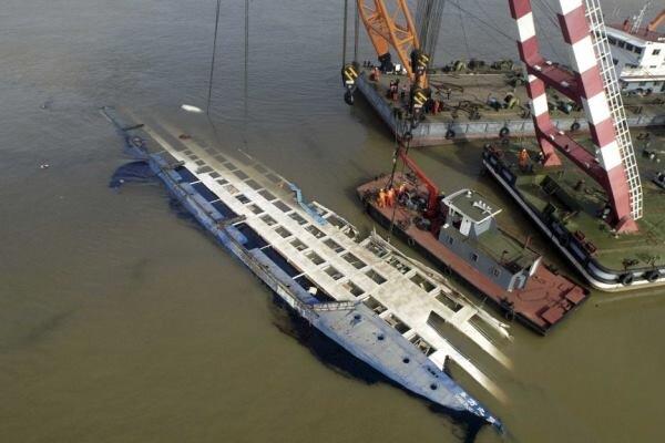 یک کشتی چینی با ۷۰ سرنشین واژگون شد