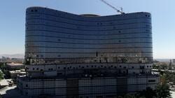 عجله روحانی در قیچی زدن روبان بزرگترین پروژه درمانی کشور/ عکس یادگاری با بیمارستان نیمه تمام