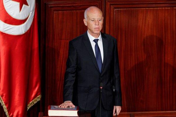 رئیس جمهور تونس نخست وزیر را خلع و پارلمان را تعلیق کرد