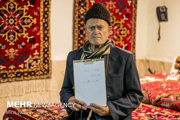 حاج اسماعیل اسلامی 93 ساله که 60 سال است حجره فرش فروشی دارد پرسیده شد که اسم حضرت علی را که می شنوی چه چیزی  برای شما یاد آوری می شود که از  شجاعت و عدالت و  همسرداری حضرت علی (ع) نام برد .