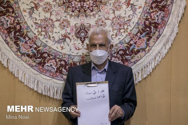 از حاج حسین فروش 82 ساله پرسیده شد اسم حضرت علی را که می شنوی چه چیزی برای شما یاد آوری می شود که  گفت علی با حق است و حق با علی است .