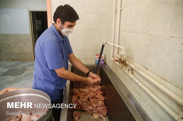 طبخ شش هزار غذا از سوی گروه های جهادی و بسیج اساتید دانشگاه علم و صنعت