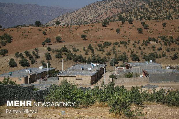 مخازن آب روی پشتبامهای منازل حاکی از مشکلات ناشی از تأمین آب در این منطقه است
