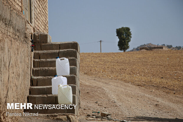 آبرسانی با تانکر به روستاهای با تنش آبی بالا در شهرستان لردگان- منبع آب روستای «کل گچی» در پسزمینه دیده میشود