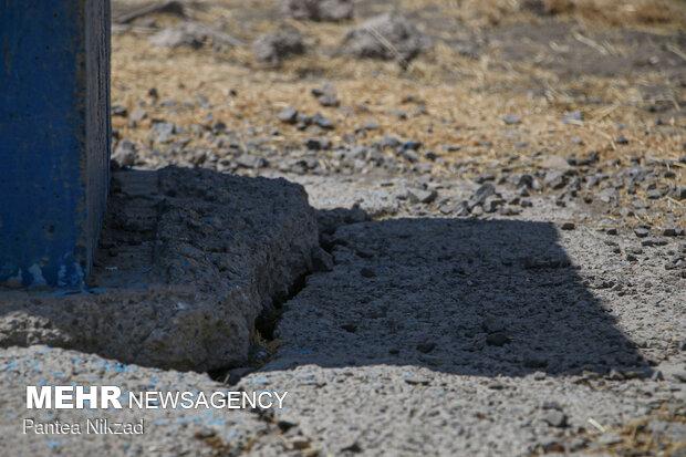 ترک حاصل از فرونشست یک چاه آزمایشی آب در شهرستان خانمیرزا - فرونشست دشتهای این شهرستان به بیش از 3 سانتیمتر در سال رسیده و حاکی از شرایط بحرانی این منطقه است. درصورتیکه میزان طبیعی فرونشست حداکثر 3 میلیمتر در سال است