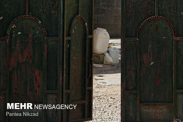 آبرسانی با تانکر به روستاهای با تنش آبی بالا در شهرستان لردگان- قمقمههای آب به جزئی از زندگی مردم تبدیلشدهاند.