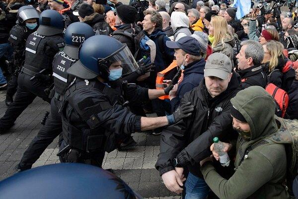 بازداشت ۶۰۰ معترض در برلین/ دست کم ۱۰ نیروی پلیس زخمی شدند