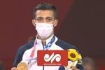 لحظه اهدای مدال طلا در خانه محمدرضا گرایی